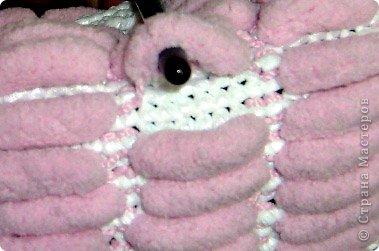 Связалась сумочка к лету из розовых ниток фантазийных с помпончиками и белых полиэтиленовых пакетов.Украшена цветочными элементами,связанными крючком, бусинами и бисером.Имеются элементы из ткани и кожи. Внутри карман на замочке,удобная,вместительная,можно стирать в машине-автомат. фото 6