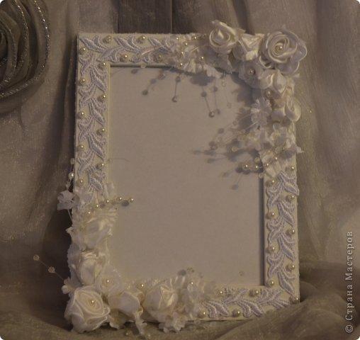 Фоторамка Фиолет №2.(Фото 050) обтянута тканью,украшена цветами из ракушки,радужным бисером,сваровски,для фото 10х15 см. фото 36