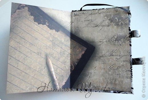 Здравствуйте, дорогие мастерицы! Насмотревшись блокнотов на тему Парижа и Франции, решила сделать свой «парижский» блокнотик и заодно попробовать новенькое для меня – разделители. МК блокнота с разделителями нашла в журнале «Скрап-Инфо». И вот такой он получился мой «парижанин» в сочетании черного  и белого, блеска и старины… фото 4