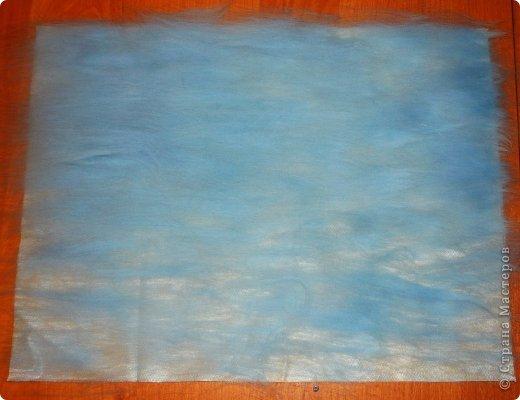 Этот умиротворяющий (как мне кажется) пейзаж выложить из шерсти достаточно легко. И сейчас я расскажу, как это сделать.  Использовалась техника так называемой шерстяной живописи, когда пряди шерсти подобно мазкам краски накладываются на основу. При этом ничего не клеится, не валяется водой или иголкой. Выложенная картина фиксируется стеклом, наложенным сверху и закрепленным рамочкой.   Итак, необходимо взять белую рамку 30х40 со стеклом. Меньше размером брать не советую, будет сложно выкладывать мелкие детали.  фото 4