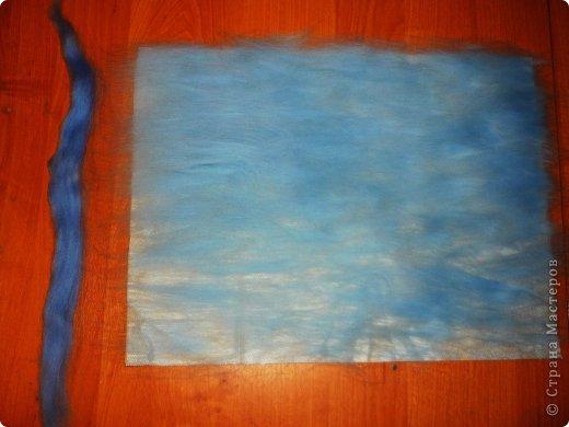 Этот умиротворяющий (как мне кажется) пейзаж выложить из шерсти достаточно легко. И сейчас я расскажу, как это сделать.  Использовалась техника так называемой шерстяной живописи, когда пряди шерсти подобно мазкам краски накладываются на основу. При этом ничего не клеится, не валяется водой или иголкой. Выложенная картина фиксируется стеклом, наложенным сверху и закрепленным рамочкой.   Итак, необходимо взять белую рамку 30х40 со стеклом. Меньше размером брать не советую, будет сложно выкладывать мелкие детали.  фото 5
