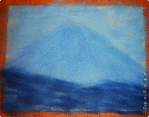 Этот умиротворяющий (как мне кажется) пейзаж выложить из шерсти достаточно легко. И сейчас я расскажу, как это сделать.  Использовалась техника так называемой шерстяной живописи, когда пряди шерсти подобно мазкам краски накладываются на основу. При этом ничего не клеится, не валяется водой или иголкой. Выложенная картина фиксируется стеклом, наложенным сверху и закрепленным рамочкой.   Итак, необходимо взять белую рамку 30х40 со стеклом. Меньше размером брать не советую, будет сложно выкладывать мелкие детали.  фото 7
