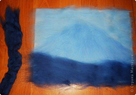 Этот умиротворяющий (как мне кажется) пейзаж выложить из шерсти достаточно легко. И сейчас я расскажу, как это сделать.  Использовалась техника так называемой шерстяной живописи, когда пряди шерсти подобно мазкам краски накладываются на основу. При этом ничего не клеится, не валяется водой или иголкой. Выложенная картина фиксируется стеклом, наложенным сверху и закрепленным рамочкой.   Итак, необходимо взять белую рамку 30х40 со стеклом. Меньше размером брать не советую, будет сложно выкладывать мелкие детали.  фото 8