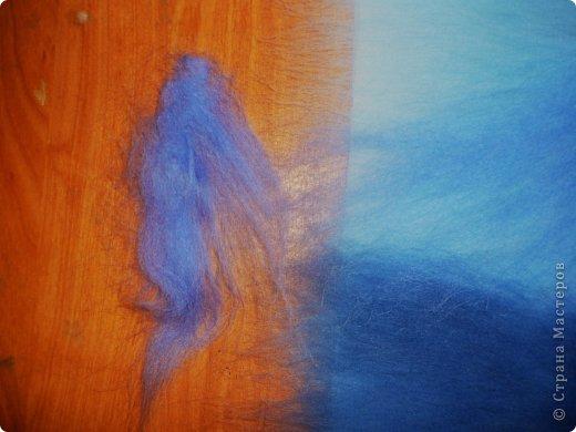 Этот умиротворяющий (как мне кажется) пейзаж выложить из шерсти достаточно легко. И сейчас я расскажу, как это сделать.  Использовалась техника так называемой шерстяной живописи, когда пряди шерсти подобно мазкам краски накладываются на основу. При этом ничего не клеится, не валяется водой или иголкой. Выложенная картина фиксируется стеклом, наложенным сверху и закрепленным рамочкой.   Итак, необходимо взять белую рамку 30х40 со стеклом. Меньше размером брать не советую, будет сложно выкладывать мелкие детали.  фото 10