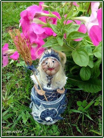 """Давно собиралась сделать ведьмочку- домоправительницу и хранительницу домашнего очага, но не знала, какую технику применить, и вот, наконец, решила, что это будет миниатюрная текстильная куколка. А поскольку очень люблю работать с джинсовой тканью, то получилась бабулька в стиле """"Деним""""...  фото 1"""