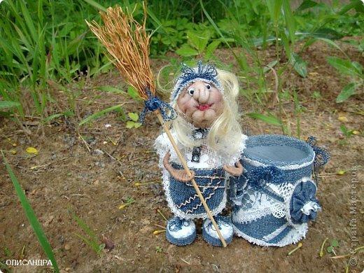 """Давно собиралась сделать ведьмочку- домоправительницу и хранительницу домашнего очага, но не знала, какую технику применить, и вот, наконец, решила, что это будет миниатюрная текстильная куколка. А поскольку очень люблю работать с джинсовой тканью, то получилась бабулька в стиле """"Деним""""...  фото 5"""