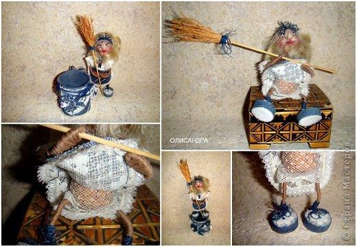 """Давно собиралась сделать ведьмочку- домоправительницу и хранительницу домашнего очага, но не знала, какую технику применить, и вот, наконец, решила, что это будет миниатюрная текстильная куколка. А поскольку очень люблю работать с джинсовой тканью, то получилась бабулька в стиле """"Деним""""...  фото 3"""