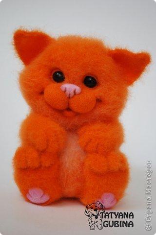 Пушистый, пухленький, рыженький котёнок Клёпочка! Игривый,добрый и ласковый! Высота 19 см. Полностью свалян из 100 % шерсти. Глазки- пластика. фото 3