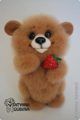 Малышонок Егорка. Ласковый, милый и добрый медвежонок. Любит подкрепиться малинкой :) Высота 19 см. Егорка- 100 % шерсть. Носик, глазки, малинка из пластики. Малинка расписана вручную. фото 1