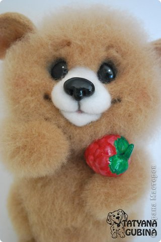 Малышонок Егорка. Ласковый, милый и добрый медвежонок. Любит подкрепиться малинкой :) Высота 19 см. Егорка- 100 % шерсть. Носик, глазки, малинка из пластики. Малинка расписана вручную. фото 4