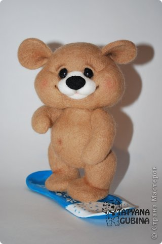 Тёма- медвежонок малыш. Зимой, когда выпадет много- много снега, любит кататься с горок на любимом сноуборде!  Утепляется, и бегом на горку к своим друзьям мишуткам :) Ух, снег в разные стороны, а сколько счастья и радости!! Лапки и голова мишутки на нитяном креплении. Сноуборд сделан из пластики, внутри сноуборда каркас. Авторская роспись. Высота 17 см. фото 8