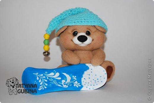 Тёма- медвежонок малыш. Зимой, когда выпадет много- много снега, любит кататься с горок на любимом сноуборде!  Утепляется, и бегом на горку к своим друзьям мишуткам :) Ух, снег в разные стороны, а сколько счастья и радости!! Лапки и голова мишутки на нитяном креплении. Сноуборд сделан из пластики, внутри сноуборда каркас. Авторская роспись. Высота 17 см. фото 6