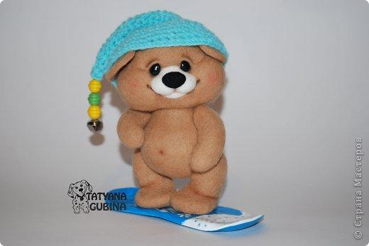 Тёма- медвежонок малыш. Зимой, когда выпадет много- много снега, любит кататься с горок на любимом сноуборде!  Утепляется, и бегом на горку к своим друзьям мишуткам :) Ух, снег в разные стороны, а сколько счастья и радости!! Лапки и голова мишутки на нитяном креплении. Сноуборд сделан из пластики, внутри сноуборда каркас. Авторская роспись. Высота 17 см. фото 1