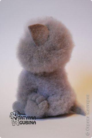 Пылинка- сестренка Милы, только цвет шёрсток у них разный и бантики :)  Высота 16 см. Материалы: шерсть, пластика, лак, лента, пастельные мелки, подвеска металлическая. фото 4
