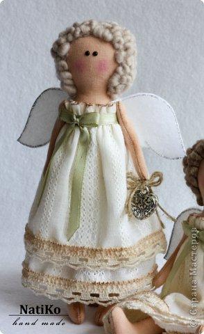 Эти ангелочки были пошиты для украшения памперсного торта. Вы не знаете что это такое? А я вам расскажу: памперсные тортики дарят на рождение деток или на крестины. Памперсы сворачиваются и перевязываются ленточками. Украшаются всевозможными аксессуарами необходимыми для новорожденного. фото 3