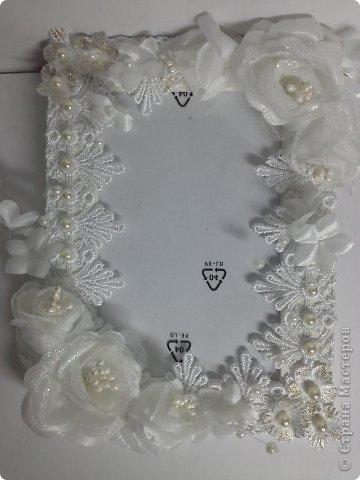 Фоторамка Фиолет №2.(Фото 050) обтянута тканью,украшена цветами из ракушки,радужным бисером,сваровски,для фото 10х15 см. фото 48