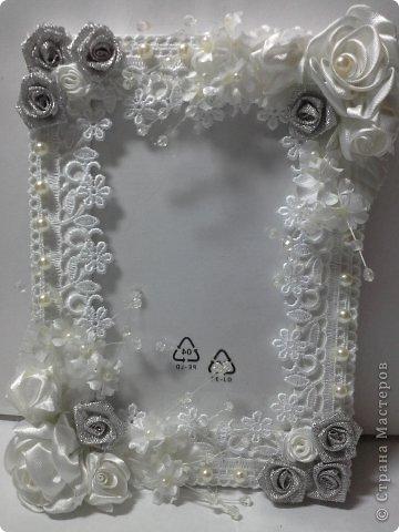Фоторамка Фиолет №2.(Фото 050) обтянута тканью,украшена цветами из ракушки,радужным бисером,сваровски,для фото 10х15 см. фото 50