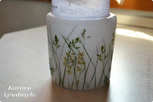 К венкам из соломы мне пришла идея сделать и свечи с полевыми цветами, а вдохновили меня потрясающие работы польской мастерицы Aneta Szuniewicz http://swieceosobiste.pl/ . Огромная ей благодарнсть за ее труд и интересные идеи. Было сделано множество проб, пока я поняла, как их делать и в чем, собственно, секрет такой красоты. В свечах этой мастерицы мне очень понравился эффект перспективы, когда травка на заднем плане как будто в тумане, а передний план очень четко видно. Я попыталась добиться такого эффекта и расскажу как, а так же, какие ошибки я допустила при изготовлении этих свечей. фото 26