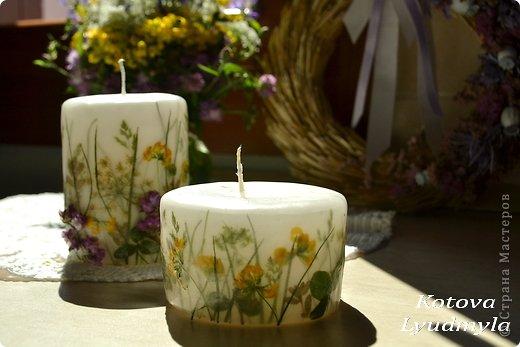 К венкам из соломы мне пришла идея сделать и свечи с полевыми цветами, а вдохновили меня потрясающие работы польской мастерицы Aneta Szuniewicz http://swieceosobiste.pl/ . Огромная ей благодарнсть за ее труд и интересные идеи. Было сделано множество проб, пока я поняла, как их делать и в чем, собственно, секрет такой красоты. В свечах этой мастерицы мне очень понравился эффект перспективы, когда травка на заднем плане как будто в тумане, а передний план очень четко видно. Я попыталась добиться такого эффекта и расскажу как, а так же, какие ошибки я допустила при изготовлении этих свечей. фото 8