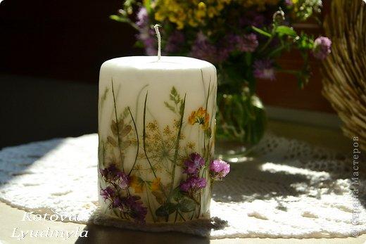 К венкам из соломы мне пришла идея сделать и свечи с полевыми цветами, а вдохновили меня потрясающие работы польской мастерицы  Aneta Szuniewicz  http://swieceosobiste.pl/ . Огромная ей благодарнсть за ее труд и интересные идеи. Было сделано множество проб, пока я поняла, как их делать и в чем, собственно, секрет такой красоты. В свечах этой мастерицы мне очень понравился эффект перспективы, когда травка на заднем плане как будто в тумане, а передний план очень четко видно. Я попыталась добиться  такого эффекта и расскажу как, а так же, какие ошибки я допустила при изготовлении этих свечей. фото 9