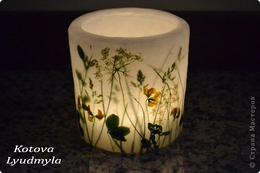 К венкам из соломы мне пришла идея сделать и свечи с полевыми цветами, а вдохновили меня потрясающие работы польской мастерицы Aneta Szuniewicz http://swieceosobiste.pl/ . Огромная ей благодарнсть за ее труд и интересные идеи. Было сделано множество проб, пока я поняла, как их делать и в чем, собственно, секрет такой красоты. В свечах этой мастерицы мне очень понравился эффект перспективы, когда травка на заднем плане как будто в тумане, а передний план очень четко видно. Я попыталась добиться такого эффекта и расскажу как, а так же, какие ошибки я допустила при изготовлении этих свечей. фото 6