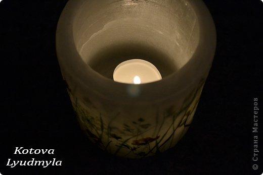 К венкам из соломы мне пришла идея сделать и свечи с полевыми цветами, а вдохновили меня потрясающие работы польской мастерицы Aneta Szuniewicz http://swieceosobiste.pl/ . Огромная ей благодарнсть за ее труд и интересные идеи. Было сделано множество проб, пока я поняла, как их делать и в чем, собственно, секрет такой красоты. В свечах этой мастерицы мне очень понравился эффект перспективы, когда травка на заднем плане как будто в тумане, а передний план очень четко видно. Я попыталась добиться такого эффекта и расскажу как, а так же, какие ошибки я допустила при изготовлении этих свечей. фото 7