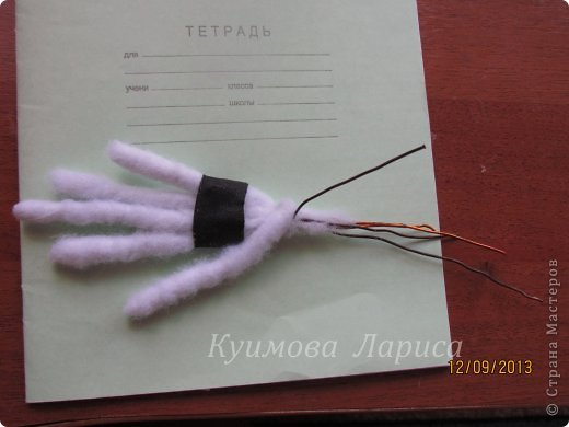 Здравствуйте! Хочу предложить небольшой МК по изготовлению куклы в чулочно-скульптурной технике. Думаю этот Мк будет интересен как начинающим, так и уже шьющим таких кукол. Итак , процесс. Запасаемся необходимыми материалами и конечно же ТЕРПЕНИЕМ. Для начала нам понадобится синтепон и игла для валяния(фелтинга) грубая. фото 15