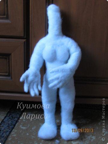 Здравствуйте! Хочу предложить небольшой МК по изготовлению куклы в чулочно-скульптурной технике. Думаю этот Мк будет интересен как начинающим, так и уже шьющим таких кукол. Итак , процесс. Запасаемся необходимыми материалами и конечно же ТЕРПЕНИЕМ. Для начала нам понадобится синтепон и игла для валяния(фелтинга) грубая. фото 27