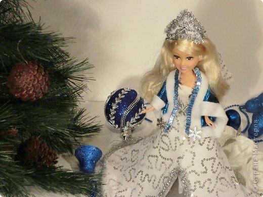 """Работы, присланные в третью тему """"Кукла в образе Снегурочки"""". Девочки, извините, у многих легенды удалены по требованию модераторов. Так же удалены фото-вдохновители. Надеюсь. что это не сильно повлияет на вашу оценку достойнейших работ этой темы. Работа №1. «Зимушка» Зимушка зима летела, Кукла в образе зимы. Использовала материалы: кукла, пеноплекс, гофрированная бумага, кружево, ленты, проволока, бусины, декор. Конфеты: Шарлет Трюфель - 19 шт. фото 80"""