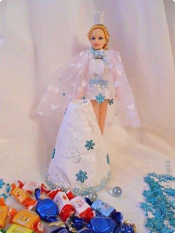"""Работы, присланные в третью тему """"Кукла в образе Снегурочки"""". Девочки, извините, у многих легенды удалены по требованию модераторов. Так же удалены фото-вдохновители. Надеюсь. что это не сильно повлияет на вашу оценку достойнейших работ этой темы. Работа №1. «Зимушка» Зимушка зима летела, Кукла в образе зимы. Использовала материалы: кукла, пеноплекс, гофрированная бумага, кружево, ленты, проволока, бусины, декор. Конфеты: Шарлет Трюфель - 19 шт. фото 40"""