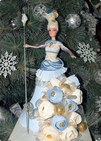 """Работы, присланные в третью тему """"Кукла в образе Снегурочки"""". Девочки, извините, у многих легенды удалены по требованию модераторов. Так же удалены фото-вдохновители. Надеюсь. что это не сильно повлияет на вашу оценку достойнейших работ этой темы. Работа №1. «Зимушка» Зимушка зима летела, Кукла в образе зимы. Использовала материалы: кукла, пеноплекс, гофрированная бумага, кружево, ленты, проволока, бусины, декор. Конфеты: Шарлет Трюфель - 19 шт. фото 10"""