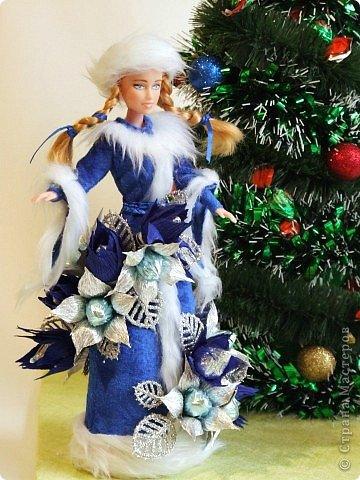 """Работы, присланные в третью тему """"Кукла в образе Снегурочки"""". Девочки, извините, у многих легенды удалены по требованию модераторов. Так же удалены фото-вдохновители. Надеюсь. что это не сильно повлияет на вашу оценку достойнейших работ этой темы. Работа №1. «Зимушка» Зимушка зима летела, Кукла в образе зимы. Использовала материалы: кукла, пеноплекс, гофрированная бумага, кружево, ленты, проволока, бусины, декор. Конфеты: Шарлет Трюфель - 19 шт. фото 50"""