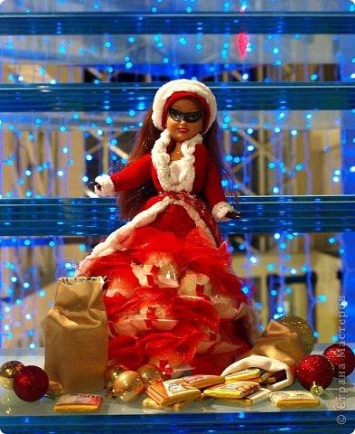 """Работы, присланные в третью тему """"Кукла в образе Снегурочки"""". Девочки, извините, у многих легенды удалены по требованию модераторов. Так же удалены фото-вдохновители. Надеюсь. что это не сильно повлияет на вашу оценку достойнейших работ этой темы. Работа №1. «Зимушка» Зимушка зима летела, Кукла в образе зимы. Использовала материалы: кукла, пеноплекс, гофрированная бумага, кружево, ленты, проволока, бусины, декор. Конфеты: Шарлет Трюфель - 19 шт. фото 46"""