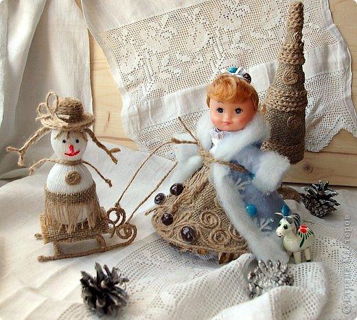 """Работы, присланные в третью тему """"Кукла в образе Снегурочки"""". Девочки, извините, у многих легенды удалены по требованию модераторов. Так же удалены фото-вдохновители. Надеюсь. что это не сильно повлияет на вашу оценку достойнейших работ этой темы. Работа №1. «Зимушка» Зимушка зима летела, Кукла в образе зимы. Использовала материалы: кукла, пеноплекс, гофрированная бумага, кружево, ленты, проволока, бусины, декор. Конфеты: Шарлет Трюфель - 19 шт. фото 87"""