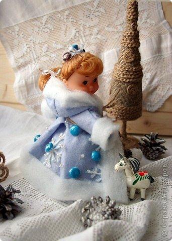 """Работы, присланные в третью тему """"Кукла в образе Снегурочки"""". Девочки, извините, у многих легенды удалены по требованию модераторов. Так же удалены фото-вдохновители. Надеюсь. что это не сильно повлияет на вашу оценку достойнейших работ этой темы. Работа №1. «Зимушка» Зимушка зима летела, Кукла в образе зимы. Использовала материалы: кукла, пеноплекс, гофрированная бумага, кружево, ленты, проволока, бусины, декор. Конфеты: Шарлет Трюфель - 19 шт. фото 88"""