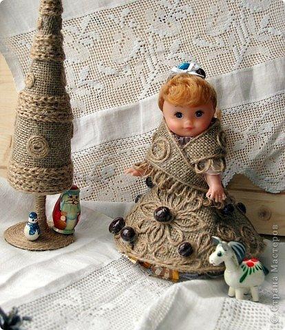 """Работы, присланные в третью тему """"Кукла в образе Снегурочки"""". Девочки, извините, у многих легенды удалены по требованию модераторов. Так же удалены фото-вдохновители. Надеюсь. что это не сильно повлияет на вашу оценку достойнейших работ этой темы. Работа №1. «Зимушка» Зимушка зима летела, Кукла в образе зимы. Использовала материалы: кукла, пеноплекс, гофрированная бумага, кружево, ленты, проволока, бусины, декор. Конфеты: Шарлет Трюфель - 19 шт. фото 89"""