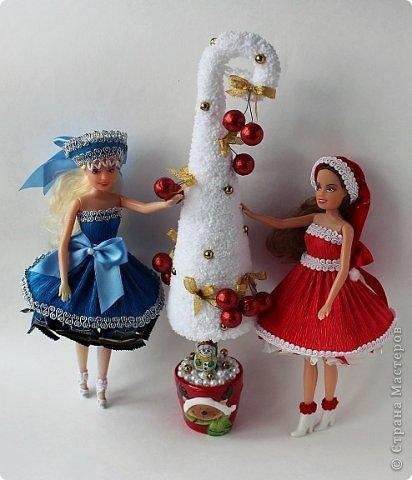 """Работы, присланные в третью тему """"Кукла в образе Снегурочки"""". Девочки, извините, у многих легенды удалены по требованию модераторов. Так же удалены фото-вдохновители. Надеюсь. что это не сильно повлияет на вашу оценку достойнейших работ этой темы. Работа №1. «Зимушка» Зимушка зима летела, Кукла в образе зимы. Использовала материалы: кукла, пеноплекс, гофрированная бумага, кружево, ленты, проволока, бусины, декор. Конфеты: Шарлет Трюфель - 19 шт. фото 52"""