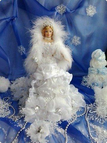 """Работы, присланные в третью тему """"Кукла в образе Снегурочки"""". Девочки, извините, у многих легенды удалены по требованию модераторов. Так же удалены фото-вдохновители. Надеюсь. что это не сильно повлияет на вашу оценку достойнейших работ этой темы. Работа №1. «Зимушка» Зимушка зима летела, Кукла в образе зимы. Использовала материалы: кукла, пеноплекс, гофрированная бумага, кружево, ленты, проволока, бусины, декор. Конфеты: Шарлет Трюфель - 19 шт. фото 7"""