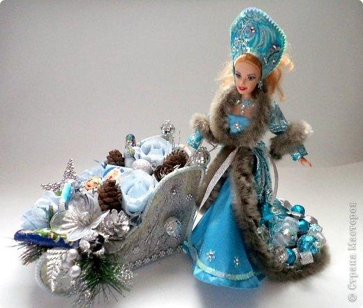 """Работы, присланные в третью тему """"Кукла в образе Снегурочки"""". Девочки, извините, у многих легенды удалены по требованию модераторов. Так же удалены фото-вдохновители. Надеюсь. что это не сильно повлияет на вашу оценку достойнейших работ этой темы. Работа №1. «Зимушка» Зимушка зима летела, Кукла в образе зимы. Использовала материалы: кукла, пеноплекс, гофрированная бумага, кружево, ленты, проволока, бусины, декор. Конфеты: Шарлет Трюфель - 19 шт. фото 56"""