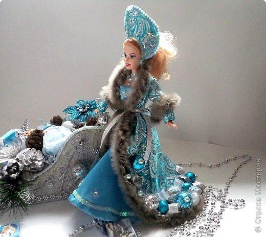 """Работы, присланные в третью тему """"Кукла в образе Снегурочки"""". Девочки, извините, у многих легенды удалены по требованию модераторов. Так же удалены фото-вдохновители. Надеюсь. что это не сильно повлияет на вашу оценку достойнейших работ этой темы. Работа №1. «Зимушка» Зимушка зима летела, Кукла в образе зимы. Использовала материалы: кукла, пеноплекс, гофрированная бумага, кружево, ленты, проволока, бусины, декор. Конфеты: Шарлет Трюфель - 19 шт. фото 57"""