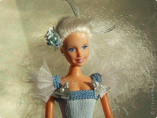 """Работы, присланные в третью тему """"Кукла в образе Снегурочки"""". Девочки, извините, у многих легенды удалены по требованию модераторов. Так же удалены фото-вдохновители. Надеюсь. что это не сильно повлияет на вашу оценку достойнейших работ этой темы. Работа №1. «Зимушка» Зимушка зима летела, Кукла в образе зимы. Использовала материалы: кукла, пеноплекс, гофрированная бумага, кружево, ленты, проволока, бусины, декор. Конфеты: Шарлет Трюфель - 19 шт. фото 82"""