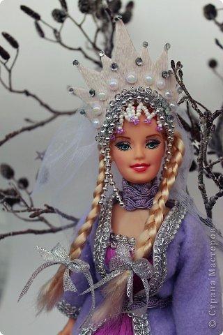 """Работы, присланные в третью тему """"Кукла в образе Снегурочки"""". Девочки, извините, у многих легенды удалены по требованию модераторов. Так же удалены фото-вдохновители. Надеюсь. что это не сильно повлияет на вашу оценку достойнейших работ этой темы. Работа №1. «Зимушка» Зимушка зима летела, Кукла в образе зимы. Использовала материалы: кукла, пеноплекс, гофрированная бумага, кружево, ленты, проволока, бусины, декор. Конфеты: Шарлет Трюфель - 19 шт. фото 67"""