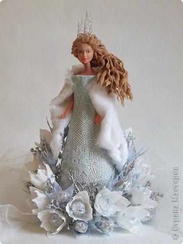 """Работы, присланные в третью тему """"Кукла в образе Снегурочки"""". Девочки, извините, у многих легенды удалены по требованию модераторов. Так же удалены фото-вдохновители. Надеюсь. что это не сильно повлияет на вашу оценку достойнейших работ этой темы. Работа №1. «Зимушка» Зимушка зима летела, Кукла в образе зимы. Использовала материалы: кукла, пеноплекс, гофрированная бумага, кружево, ленты, проволока, бусины, декор. Конфеты: Шарлет Трюфель - 19 шт. фото 35"""