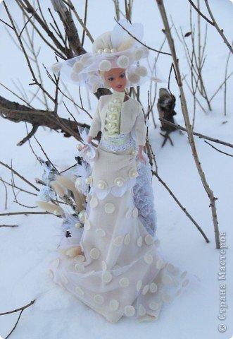 """Работы, присланные в третью тему """"Кукла в образе Снегурочки"""". Девочки, извините, у многих легенды удалены по требованию модераторов. Так же удалены фото-вдохновители. Надеюсь. что это не сильно повлияет на вашу оценку достойнейших работ этой темы. Работа №1. «Зимушка» Зимушка зима летела, Кукла в образе зимы. Использовала материалы: кукла, пеноплекс, гофрированная бумага, кружево, ленты, проволока, бусины, декор. Конфеты: Шарлет Трюфель - 19 шт. фото 74"""