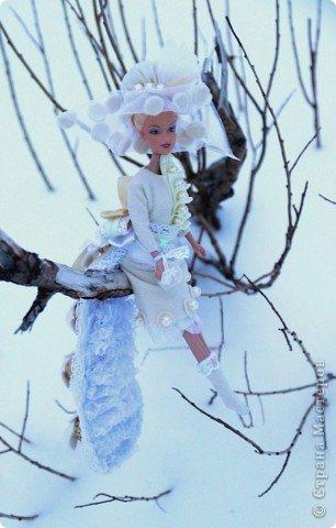 """Работы, присланные в третью тему """"Кукла в образе Снегурочки"""". Девочки, извините, у многих легенды удалены по требованию модераторов. Так же удалены фото-вдохновители. Надеюсь. что это не сильно повлияет на вашу оценку достойнейших работ этой темы. Работа №1. «Зимушка» Зимушка зима летела, Кукла в образе зимы. Использовала материалы: кукла, пеноплекс, гофрированная бумага, кружево, ленты, проволока, бусины, декор. Конфеты: Шарлет Трюфель - 19 шт. фото 75"""