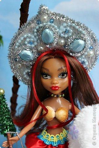 """Работы, присланные в третью тему """"Кукла в образе Снегурочки"""". Девочки, извините, у многих легенды удалены по требованию модераторов. Так же удалены фото-вдохновители. Надеюсь. что это не сильно повлияет на вашу оценку достойнейших работ этой темы. Работа №1. «Зимушка» Зимушка зима летела, Кукла в образе зимы. Использовала материалы: кукла, пеноплекс, гофрированная бумага, кружево, ленты, проволока, бусины, декор. Конфеты: Шарлет Трюфель - 19 шт. фото 73"""