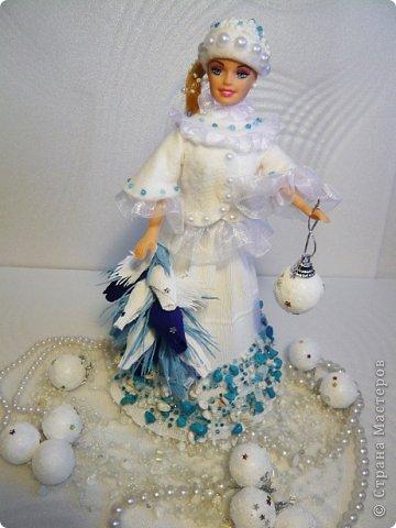 """Работы, присланные в третью тему """"Кукла в образе Снегурочки"""". Девочки, извините, у многих легенды удалены по требованию модераторов. Так же удалены фото-вдохновители. Надеюсь. что это не сильно повлияет на вашу оценку достойнейших работ этой темы. Работа №1. «Зимушка» Зимушка зима летела, Кукла в образе зимы. Использовала материалы: кукла, пеноплекс, гофрированная бумага, кружево, ленты, проволока, бусины, декор. Конфеты: Шарлет Трюфель - 19 шт. фото 68"""