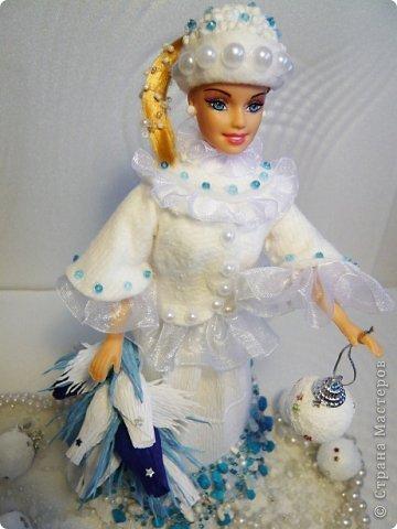 """Работы, присланные в третью тему """"Кукла в образе Снегурочки"""". Девочки, извините, у многих легенды удалены по требованию модераторов. Так же удалены фото-вдохновители. Надеюсь. что это не сильно повлияет на вашу оценку достойнейших работ этой темы. Работа №1. «Зимушка» Зимушка зима летела, Кукла в образе зимы. Использовала материалы: кукла, пеноплекс, гофрированная бумага, кружево, ленты, проволока, бусины, декор. Конфеты: Шарлет Трюфель - 19 шт. фото 69"""