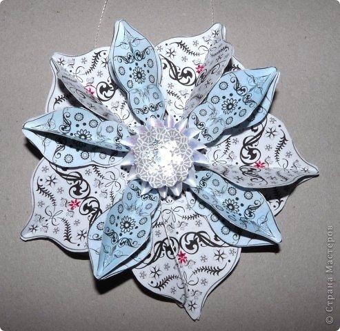 Пока мы все преображаем свои дома новогодними украшениями, хочу предложить вам сделать такие объемные «снежинки». Возможно, подобные формы уже на сайте присутствуют, значит, я предложу свою версию. фото 23