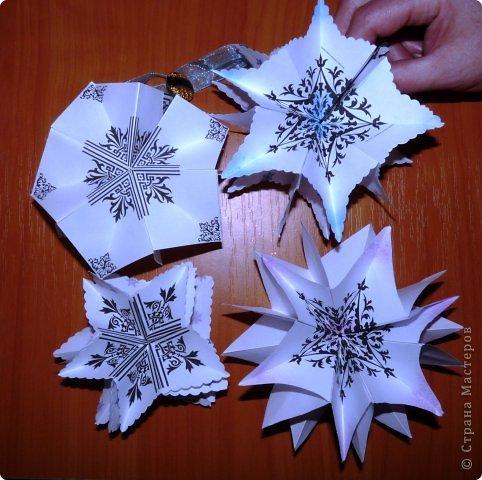Пока мы все преображаем свои дома новогодними украшениями, хочу предложить вам сделать такие объемные «снежинки». Возможно, подобные формы уже на сайте присутствуют, значит, я предложу свою версию. фото 26